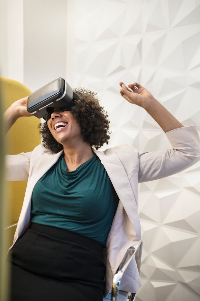 Top 10 Learning Technologies_female employee-VR-device