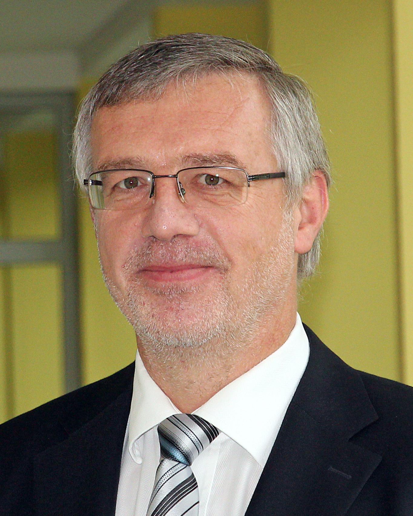 Dr.  Jens  Gampe