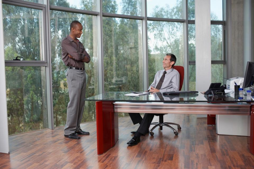 Hai doanh nhân trong văn phòng