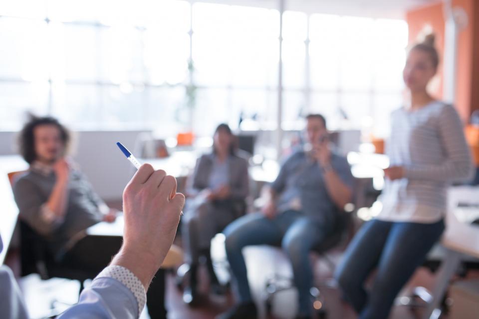 Nhóm các doanh nhân trẻ thảo luận về kế hoạch kinh doanh