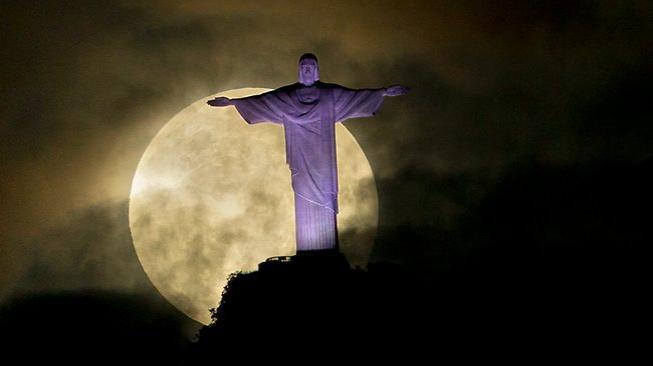 http://resources1.news.com.au/images/2012/05/07/1226348/288597-brazil-supermoon.jpg